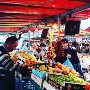 Les couleurs vives de nos marchés parisiens à nouveau presentes dans nos rues #Paris12 #Paris #parisattacks #fluctuatnecmergitur