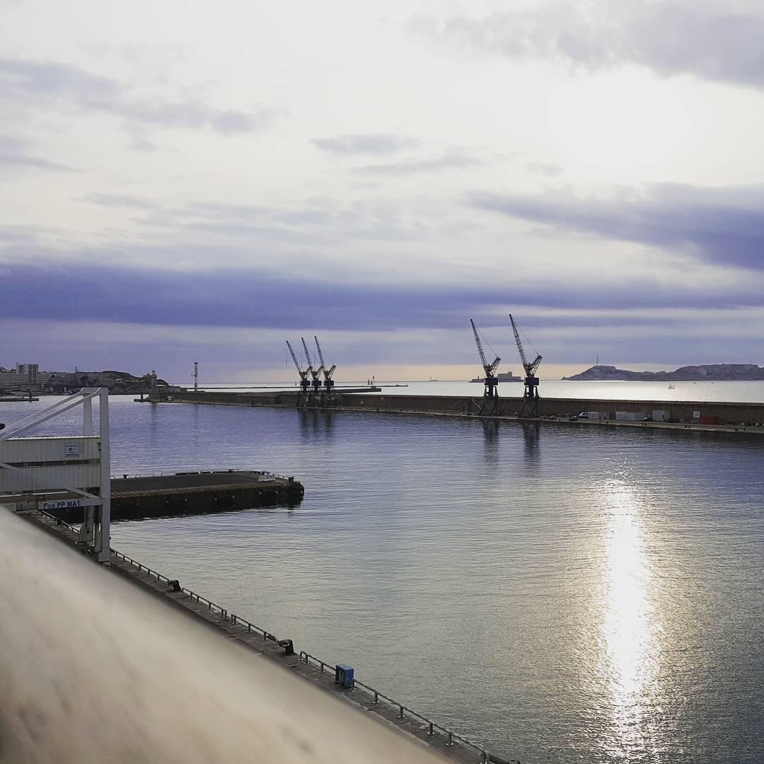 Faible soleil dautomne sur le port de Marseille la Joliette
