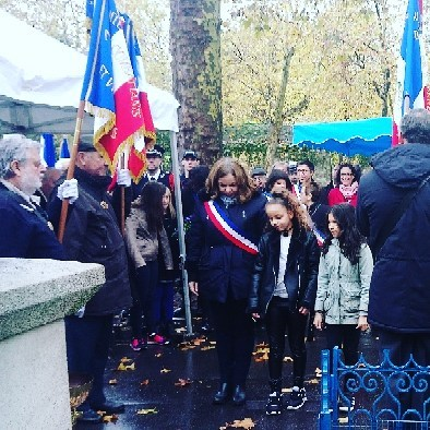 Recueil devant le monument aux morts mairie12paris avec des enfantshellip